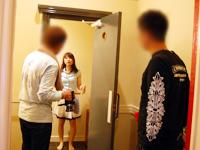 女のコがホテルの扉を開けるシーン。お客様の顔を確認する方法も撮影。